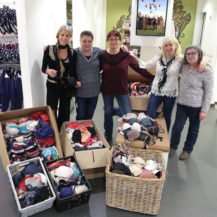 Lot Decock van Ohlala schenkt ingezamelde beha's aan Hilde Chiers, Rita Aerens en Roos Desnouck  van 't Goede Doel en aan Linda Vandewynckele van Mensen Helpen Mensen.