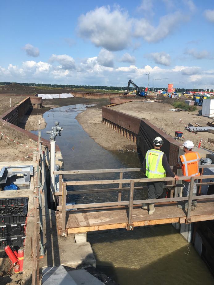 Het water vult de constructie die de afgelopen maanden is gebouwd.