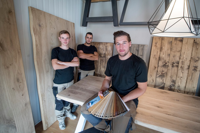 Jeroen Hamberg (voor) in zijn meubelmakerij, met zijn medewerkers Lloyd Bouhuis (links) en Jacob Chukri.
