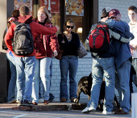 Knuffels voor wie de schietpartij op Virginia Tech overleefde.