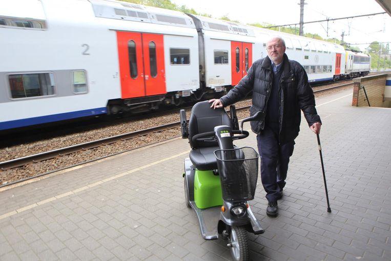 Jan Ponsaerts met zijn rolstoel, die volgens de voorschriften van de NMBS te lang is. Volgens Jans manier van interpretatie geldt die opgelegde lengte alleen als de rolstoelgebruiker niet in staat is om zelfstandig recht te staan. Oordeelt u vooral zelf (foto onder).