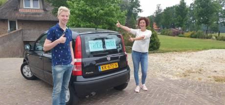 Juf Maaike (37) uit Geesteren toert in versierde auto langs geslaagde leerlingen: 'Zó trots op ze!'