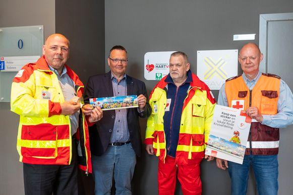 Burgemeester Luc Bouckaert (CD&V) (tweede van links) koopt de eerste sticker.