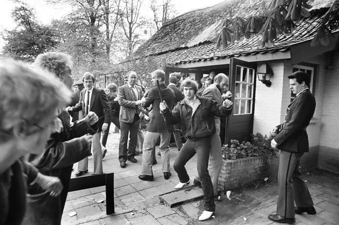 Agressieve actievoerders joegen Hans Janmaat en zijn Centrumpartij weg uit restaurant Brabants Hof in Boekel.