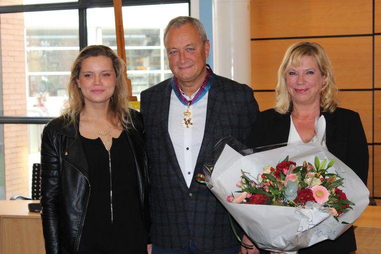 Ook het gezin van Remue werd in de bloemetjes gezet: links dochter Eva, rechts echtgenote Kristien.