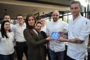 Marloes Matthijssen reikt de PZC Award uit aan het team van Mezger