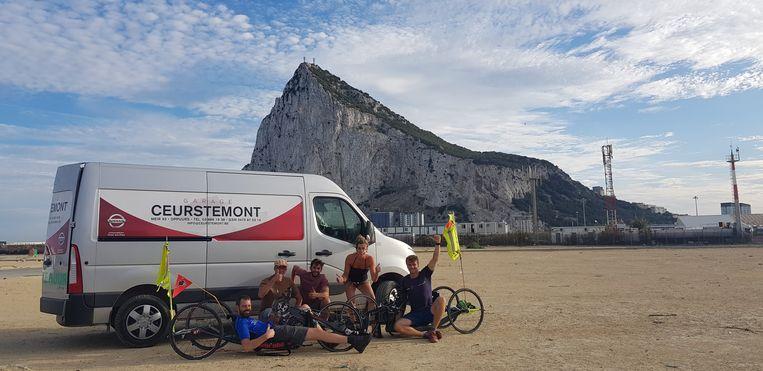 Frank Van Linden en Jelle Veyt arriveren met hun groep vrienden aan de rots van Gibraltar.