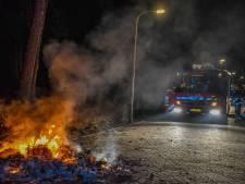 Brandweer blust  berg brandend afval in Vroomshoop