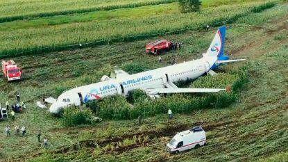 Piloten Russisch passagiersvliegtuig dat landde in maïsveld krijgen eretitel 'Helden van Rusland'