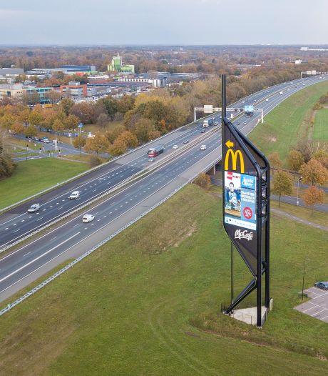 Opvallende misser van gemeente Apeldoorn bij reclamemast langs A1