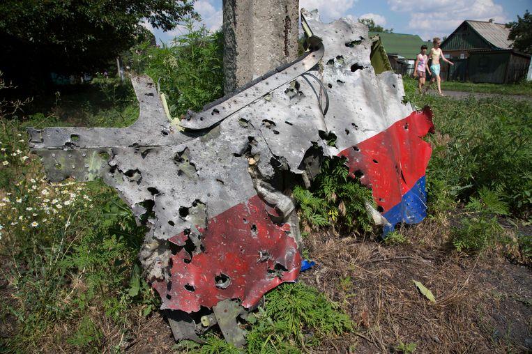 Gaten in een brokstuk van het gecrashte toestel van Malaysia Airlines die aantonen dat het toestel waarschijnlijk is geraakt door een BUK-raket. Beeld ap