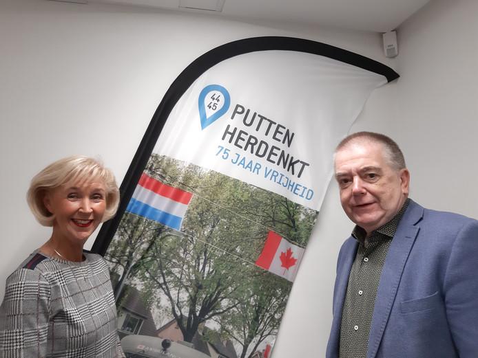 Astrid van Schaik van theater Stroud in Putten is blij dat wethouder Roelof Koekkoek alle toegangskaartjes sponsort van de 4-meivoorstelling Gare de Lyon in Stroud. Iedereen mag gratis het theater binnen.