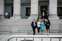 Een van de slachtoffers, Jennifer Araoz  (tweede van links) verlaat de rechtbank.