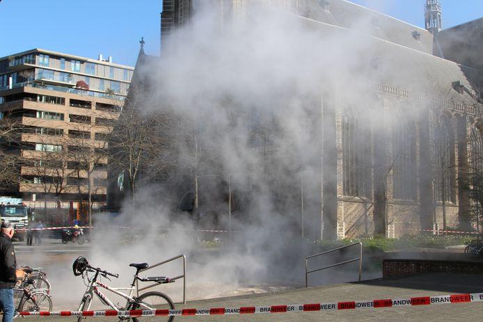 Soms is een lek inde stadsverwarming eenvoudig op te sporen door stoom op straat, zoals hier in Rotterdam. In Nieuwegein was dat niet het geval en kostte het monteurs veel moeite het lek in Zuilenstein te vinden.
