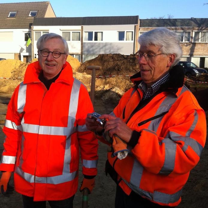 Wim Lindemans (links) en Peter van Bussel hebben als leden van de heemkundekring Asten-Someren meegeholpen met de opgravingen.