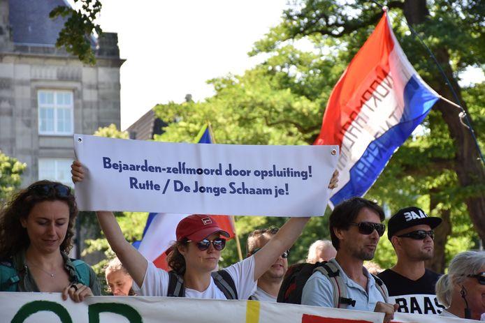 Betogers van Viruswaanzin liepen vanaf het Binnenhof richting het Malieveld om hun onvrede te uiten over de coronamaatregelen.