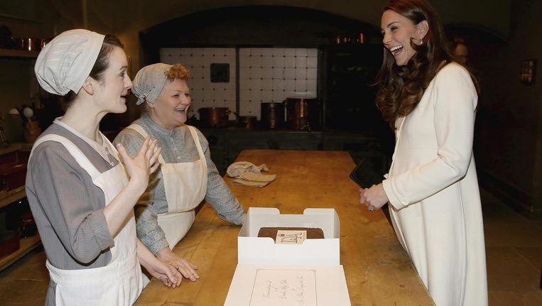 Catherine, vrouw van de Britse kroonprins William, op bezoek op de set van Downton Abbey. Beeld reuters