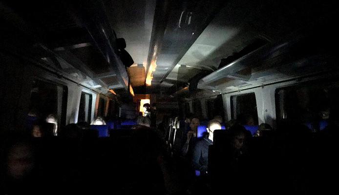 Ook de lichten gingen uit in de defecte Intercity Direct bij Rotterdam. © Twitter/@ErikEggens