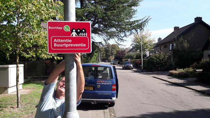 In wijk Heusdenhout is sinds kort een app-groep voor buurtpreventie actief, hier wordt een bord bevestigd aan de Siereveld.