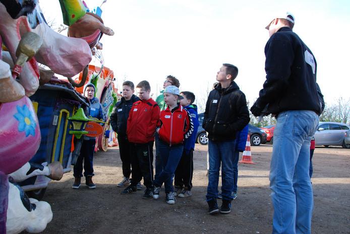 Kinderen bekijken een carnavalswagen.