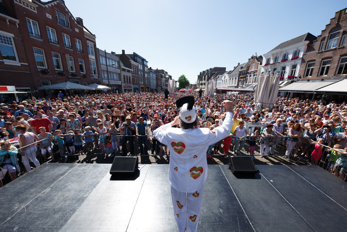 Een volle en zonovergoten Oude Markt zingt tijdens Roosendaal Zingt 2015 mee met bekende liedjes onder begeleiding van o.a. Huub Hangop.  Archieffoto Marcel Otterspeer
