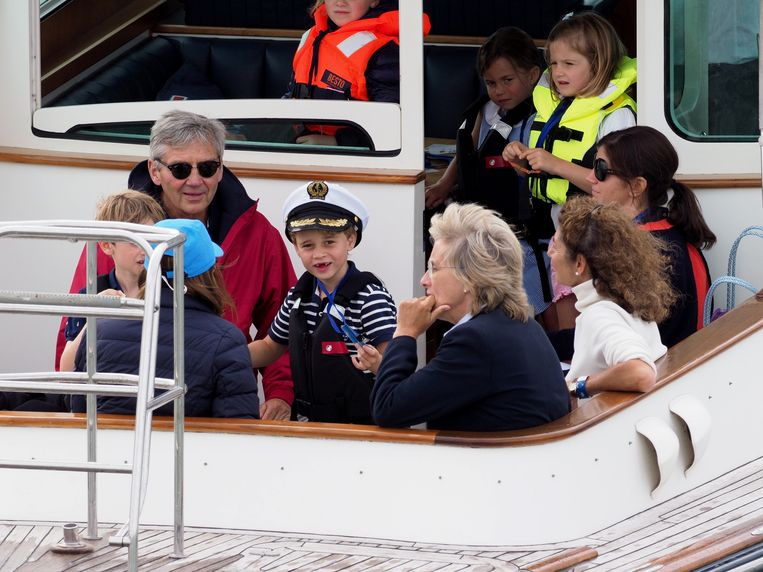 George geniet duidelijk van het uitje, in het gezelschap van zijn grootouders.
