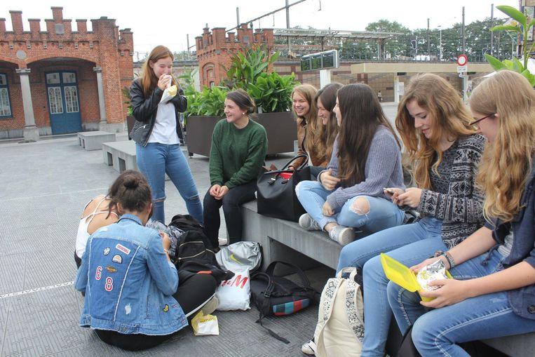 Deze meisjes vinden het Statieplein vooral een gezellig plein, waar je je boterhammetjes kan opeten.