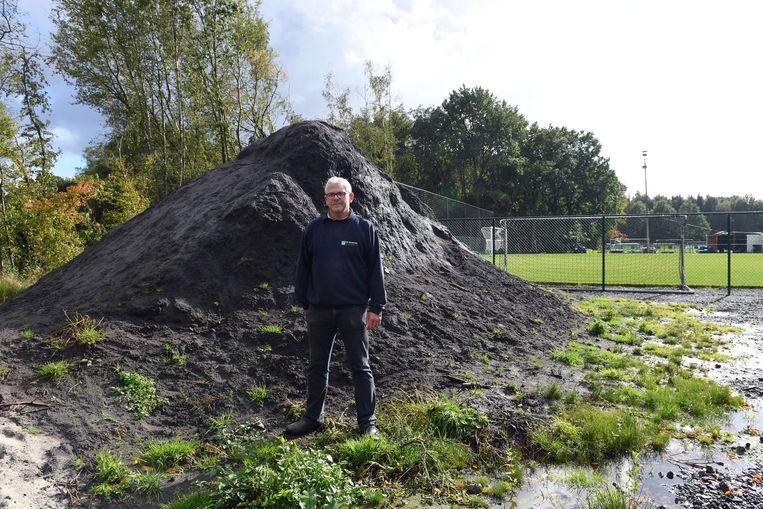 Voorzitter Paul Scheers bij de grote berg grond. Hij betrapte de tuinman op heterdaad toen die voor de derde keer een lading grond in zijn vrachtwagen aan het laden was.
