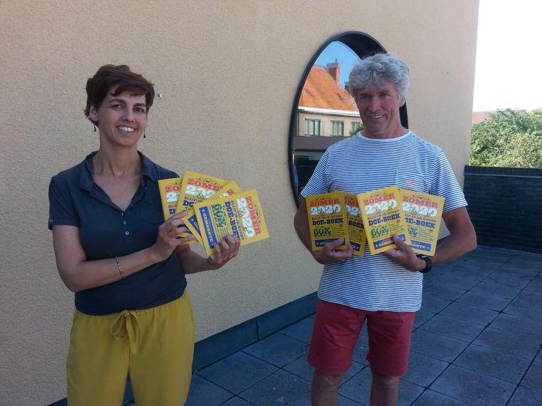 Tilly Coene van de jeugddienst en schepen Carlos Bonamie lanceren de boekjes.