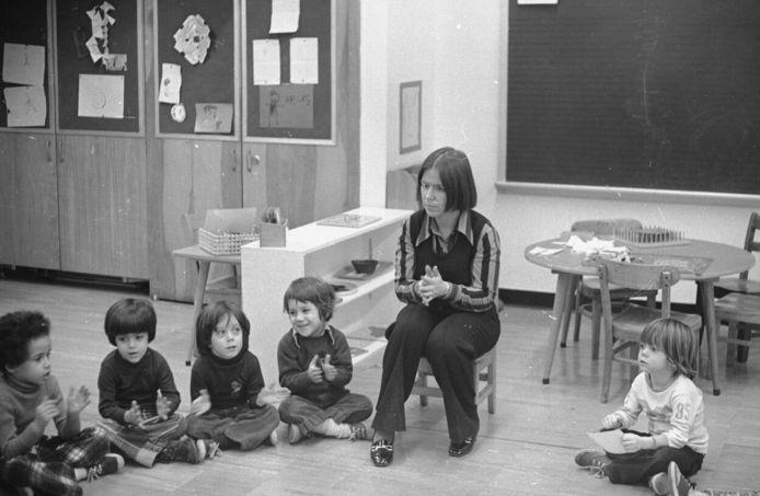 Prinses Christina tijdens het lesgeven op de Caedmonschool in New York, 1975.