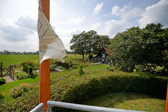Zicht vanaf de toren, met rechts theehuis De Karmeliet, op de voorgrond een stukje Kloostergaarde en links achter de Zenderense es.