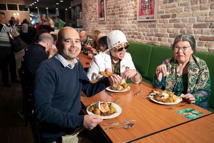 Martijn Los van de Poorterij (links) aan tafel met Ricky Risolles en Wieteke van Dort als Tante Lien.