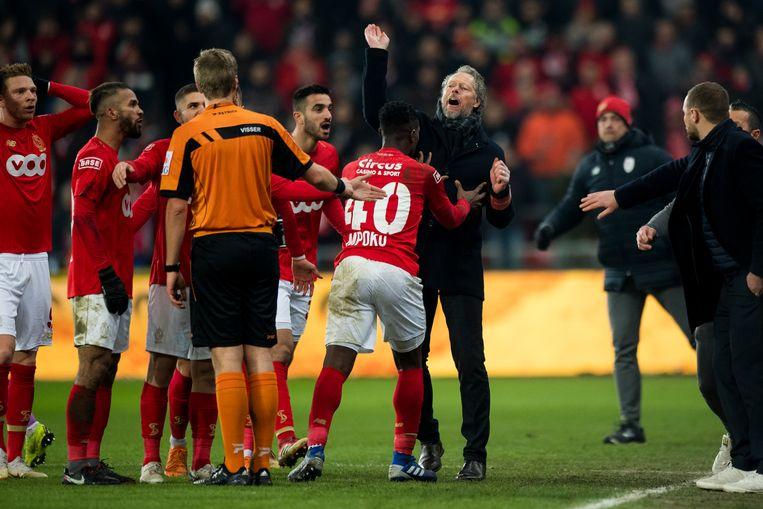 Paul-José Mpoku moet zijn trainer tegenhouden in de match tegen Anderlecht op 3 februari.