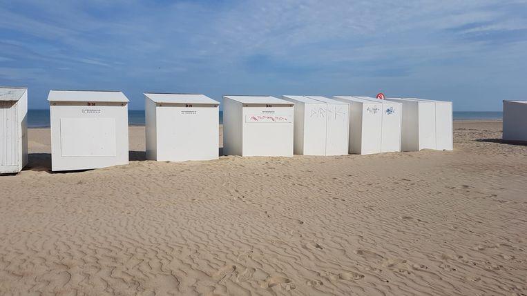 Een vandaal bekladde een vijftiental strandcabines met graffiti in Koksijde.