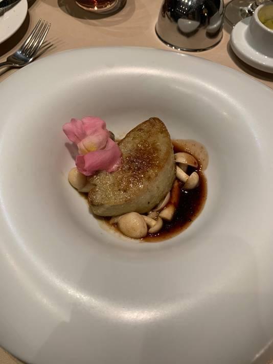La seconde entrée: une escalope de foie gras poêlé accompagné d'une crème au porto Graham's.