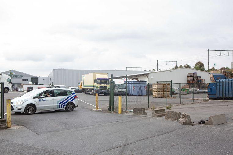 De garages was ondergebracht in de witte loods (rechts) naast de spoorweg.