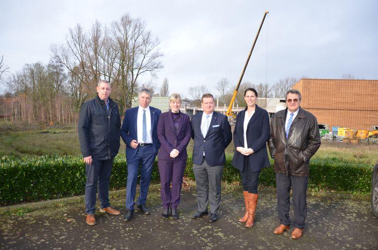 De burgemeester en schepenen van Waasmunster voor de site Meermin waar straks ook een nieuw gemeentehuis verrijst.