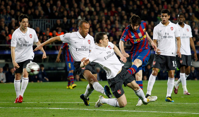 Barcelona's Lionel Messi (3rd R) scores against Arsenal during their Champions League quarter-finals second leg soccer match at Camp Nou stadium in Barcelona April 6, 2010.   REUTERS/Darren Staples   (SPAIN - Tags: SPORT SOCCER)
