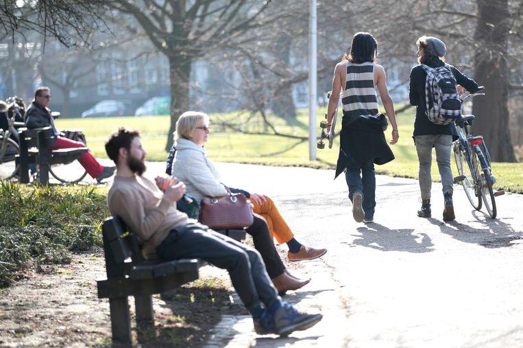 Mensen genieten in Maastricht van een bijzonder zonnige dag. Beeld anp