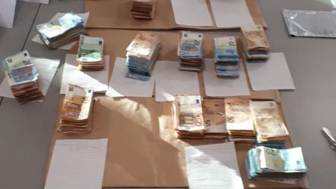 De 160.000 euro die de politie vond in de auto van de Albanees.