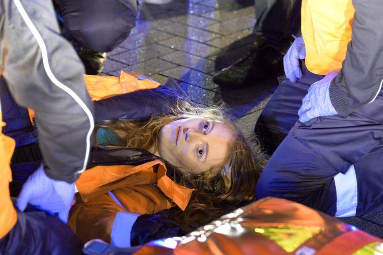 Dit beeld van een slachtoffer dat medische hulp nodig heeft als gevolg van het gebruik van drugs komt uit de nieuwe voorlichtingsfilm.