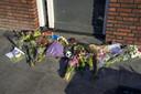 Bloemen gelegd voor woning waar drama zich afspeelde.