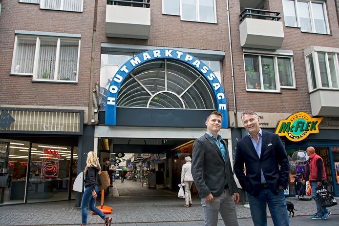 De Houtmarktpassage in Breda heeft sinds kort nieuwe eigenaren: projectontwikkelaar Maas-Jacobs en ondernemer Marcel van Gelderen. Op de foto Kris Maas (links) van Maas-Jabobs en Marcel van Gelderen voor de passage in de Ginnekenstraat.