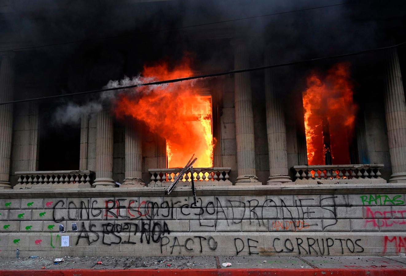 Vlammen slaan uit de gevel van het parlementsgebouw in Guatemala-Stad, de hoofdstad van het Midden-Amerikaanse Guatemala.