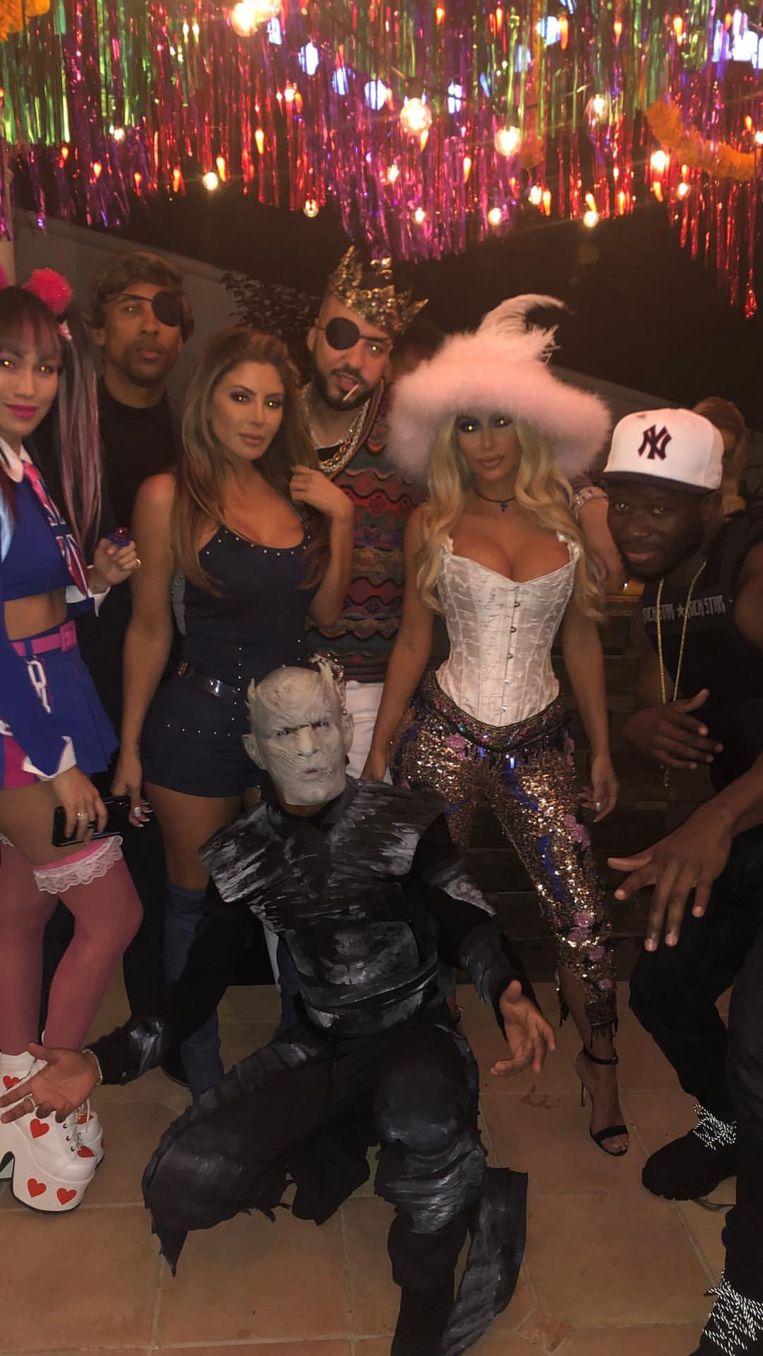 Kim Kardashian als Pamela Anderson (inclusief roze hoed)