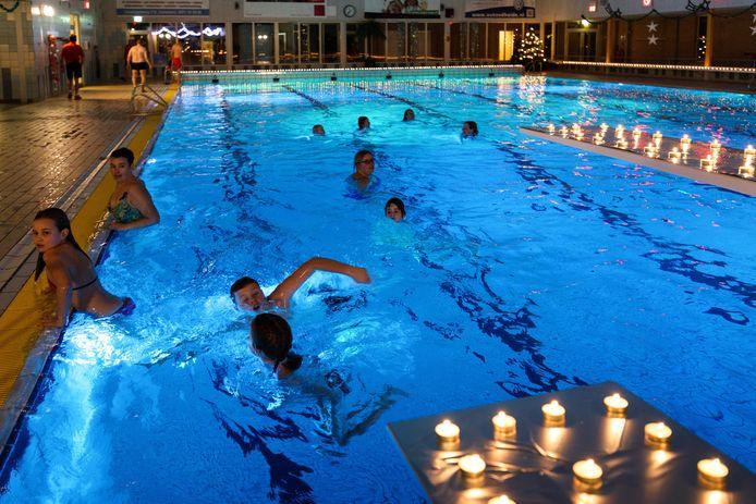 Zwemmen bij kaarslicht in het Bosbad in Emmeloord.