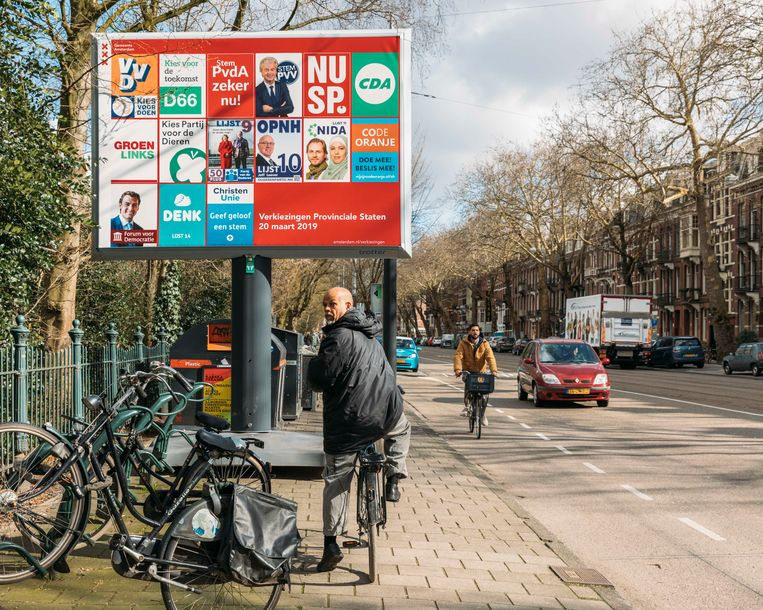 Verkiezingsbord bij het Sarphatipark in Amsterdam. Beeld Foto Rebecca Fertinel
