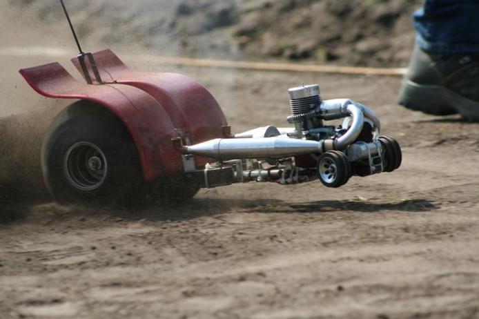 Bij micropulling gaat het erom met een voertuig (puller), waarachter een sleepwagen (afremmende aanhanger) zit, een zo groot mogelijke afstand af te leggen. foto Eigen foto