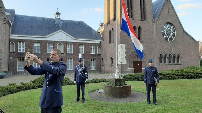 Bestuurslid Paul van Lokven houdt een korte toespraak bij aanvang van de live-uitzending vanaf het grasveld voor de Heeswijkse abdij.