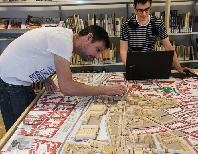 Mark Meijs en Ruben van Vugt werken aan de maquette van Tilburg.